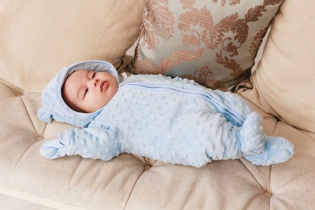 Recém-nascido mestiço menino asiático caucasiano. iluminação interna natural. tons legais.