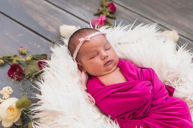 Recém nascido pequeno dormindo sonhadoramente