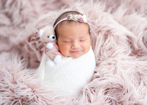 Recém-nascido sorridente no diadema