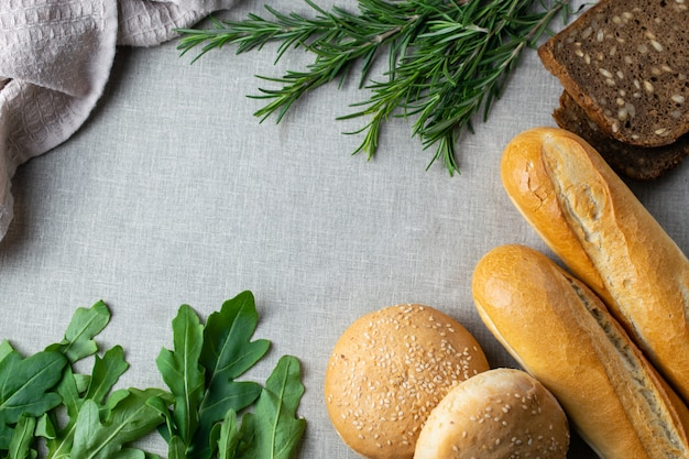 Recentemente, assa pão, ervas e verduras numa mesa
