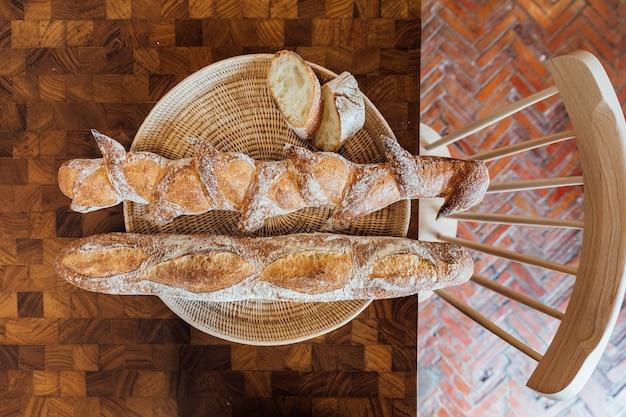 Recentemente e aqueça o baguette cozido na cesta na mesa de madeira. feito pelo artesão.