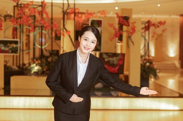 Recepção asiática dando boas-vindas aos clientes