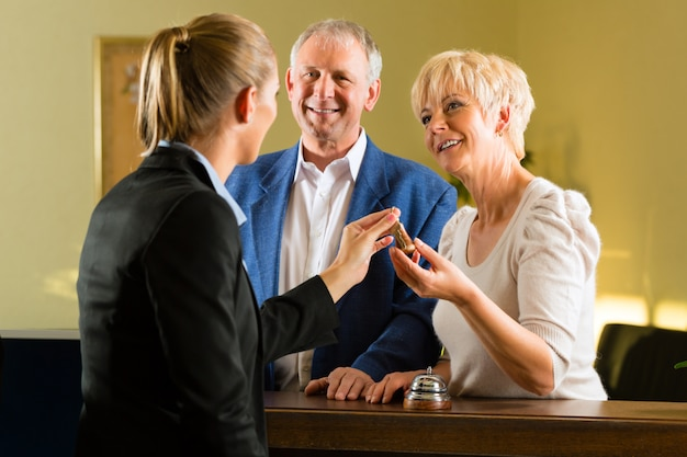 Recepção - os hóspedes fazem check-in em um hotel