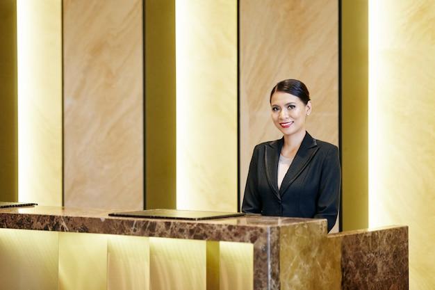 Recepcionista asiática no hotel