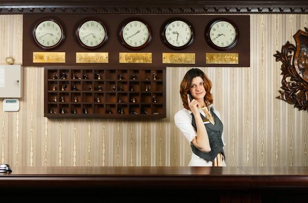 Recepcionista na mesa do hotel moderno