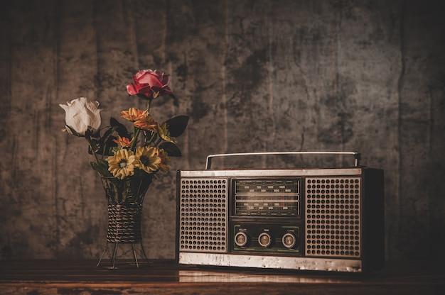 Receptor de rádio retrô e vasos de flores