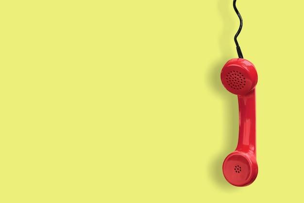 Receptor de telefone vermelho em fundo amarelo