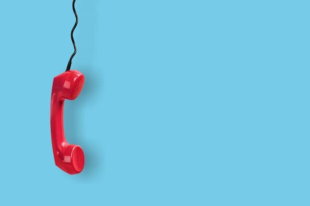 Receptor de telefone vermelho sobre fundo azul
