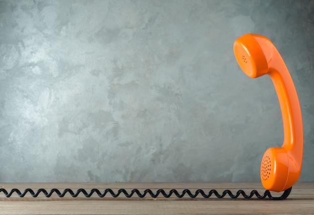 Receptor de telefone vintage em uma mesa de madeira