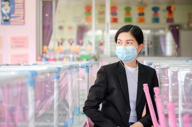 Recess school for children e os jovens professores asiáticos usam máscaras para evitar a disseminação do covid 19 em uma sala de aula sem alunos. Foto Premium