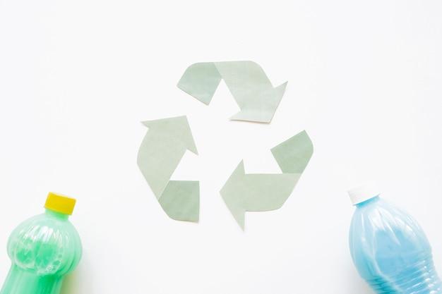 Recicl o símbolo com garrafas plásticas