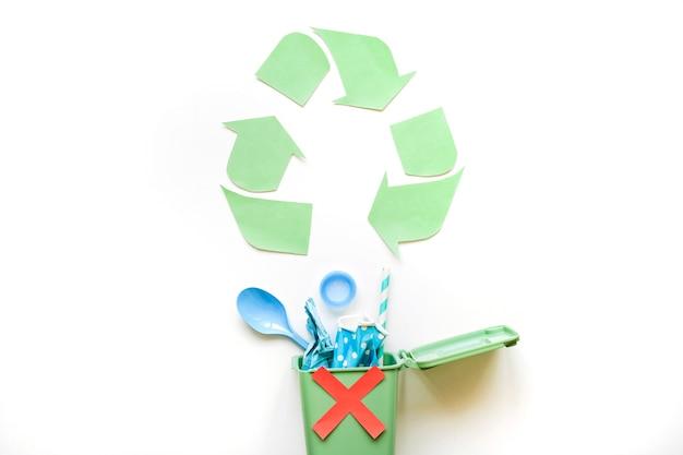 Recicl o símbolo e bin com lixo de plástico