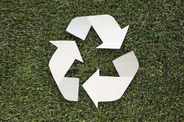 Recicl o símbolo na grama