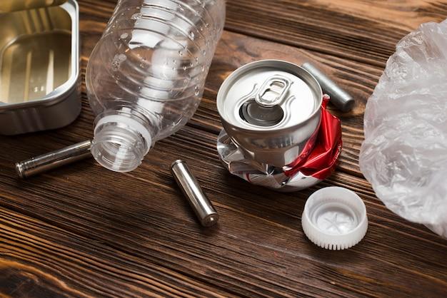 Reciclagem de lixo colocado na mesa de madeira