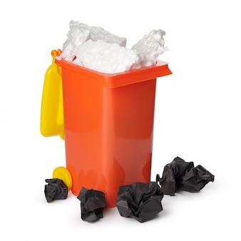 Reciclagem isolada no branco.