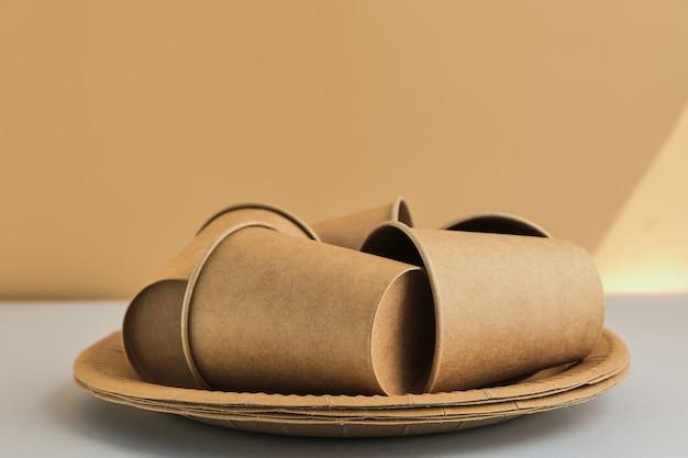 Reciclagem ou conceito de desperdício zero, feito a partir de copos descartáveis de papelão