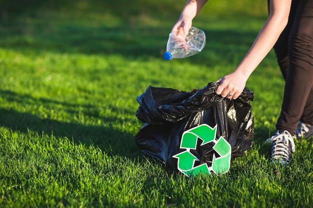 Reciclar, conceito, com, mulher, colecionar, lixo