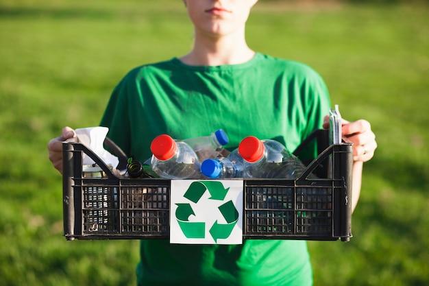 Reciclar, fundo, com, mulher segura caixa