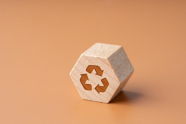 Reciclar ícone no bloco de madeira de hexágono