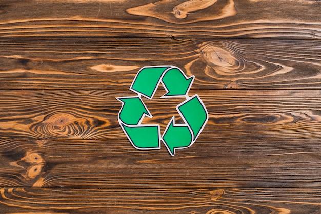 Reciclar ícone no cenário texturizado de madeira