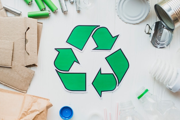 Reciclar itens em fundo branco de madeira