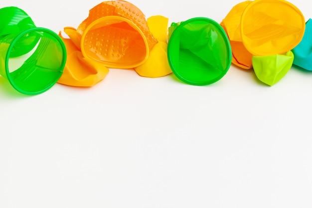 Reciclar lixo close-up em um branco