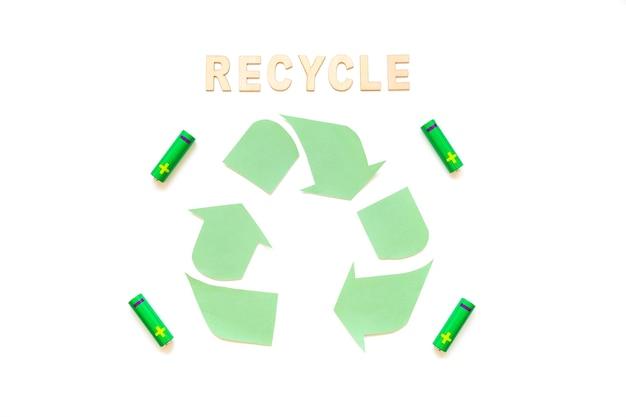Reciclar palavra com logotipo e baterias