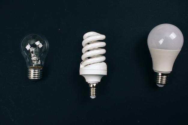Reciclar, reutilizar, reduzir o conceito. proteger um ambiente. lâmpadas de uso único diferentes na linha, vista superior. lixo elétrico descartável