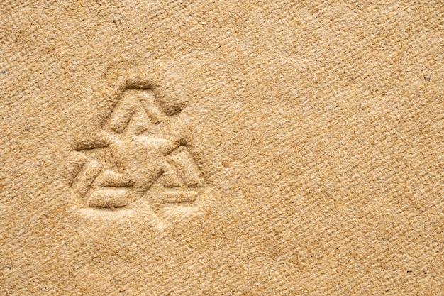 Reciclar sinal em fundo de textura de papelão marrom