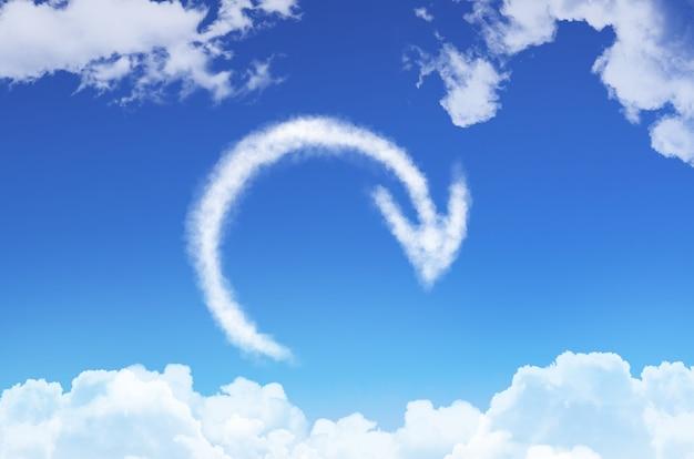 Reciclar sinal, recarregar das nuvens contra o céu azul.