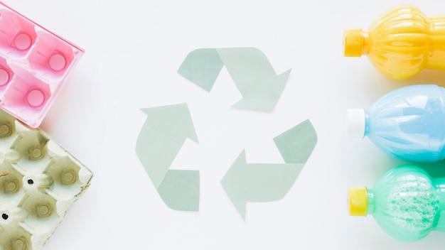 Recicle o logotipo com garrafas e papelão