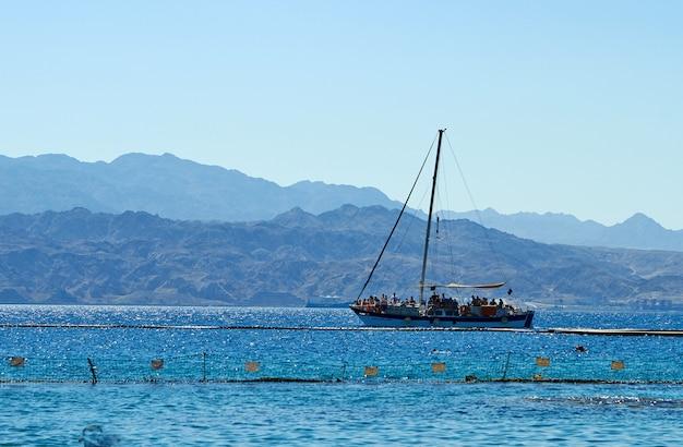 Recife de golfinhos no mar vermelho, barco de recreio