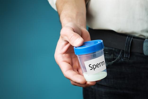 Recipiente com esperma na mão