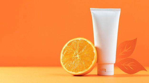 Recipiente cosmético branco com laranja
