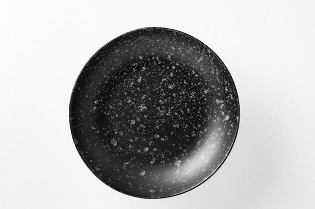 Recipiente de alimento de placa preta isolado no branco