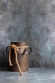 Recipiente de alumínio desgastado na parede cinza