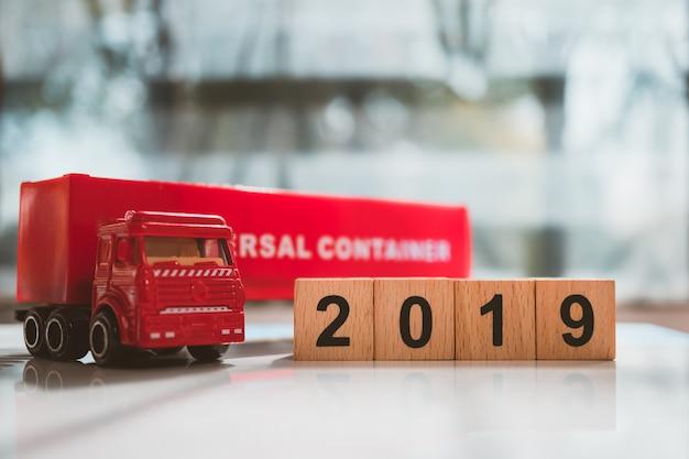 Recipiente de caminhão vermelho com bloco de madeira 2019 usando para logística e conceito de negócio