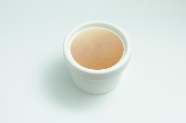 Recipiente de creme de rosto creme branco. lugar para o logotipo. cosméticos, loção