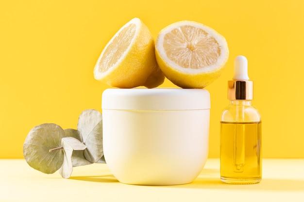 Recipiente de creme e arranjo de limão