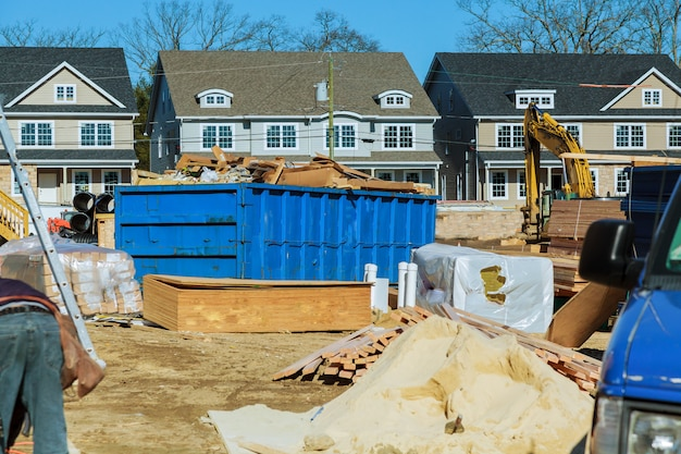 Recipiente de detritos de construção azul cheio de entulho de rocha e concreto