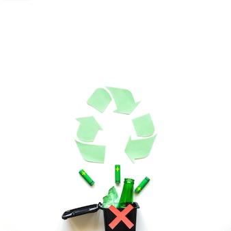 Recipiente de lixo cruzado com símbolo de reciclagem