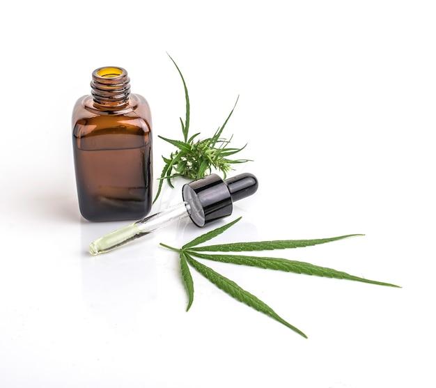 Recipiente de óleo essencial de cannabis com folhas de cannabis