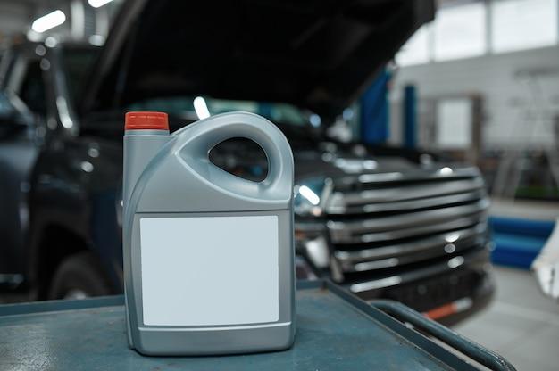 Recipiente de óleo na caixa de ferramentas em oficina mecânica