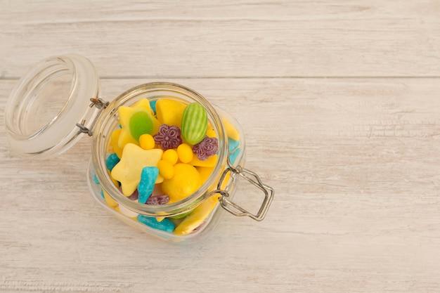 Recipiente de vidro cheio de doces