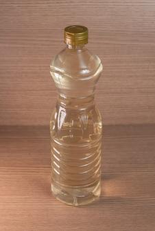 Recipiente de vinagre no fundo de madeira