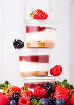 Recipiente plástico com sobremesa de creme de frutas