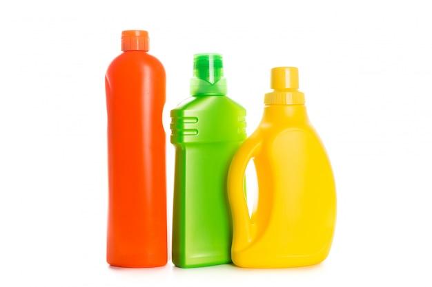 Recipiente plástico de produto de limpeza para casa limpa na superfície branca