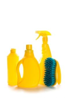Recipiente plástico de produto de limpeza para casa limpa no fundo branco