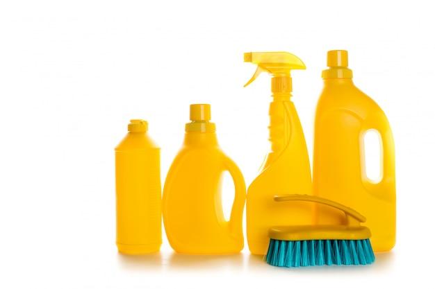 Recipiente plástico do produto de limpeza para a casa limpa no fundo branco