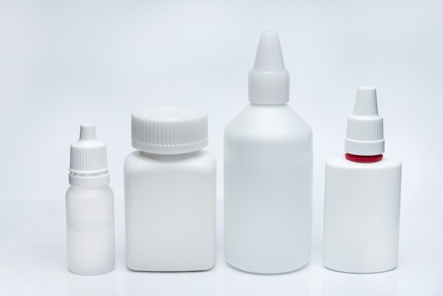 Recipientes brancos para medicamentos em um fundo branco